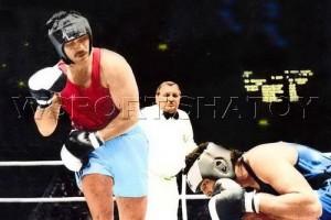 Рамзан Себиев отправляет Айка Падиллу в очередной нокдаун.